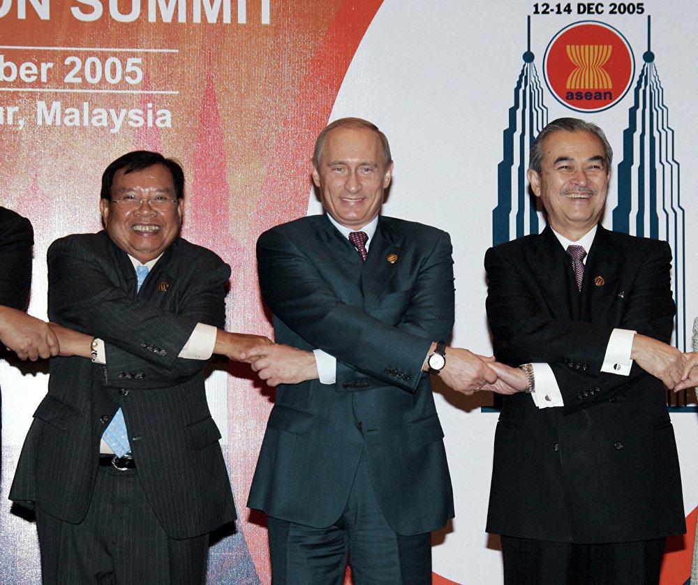Премьер-министр Лаоса Буннянг Ворачит, Президент России Владимир Путин и Премьер-министр Малайзии Абдулла Ахмад Бадави (слева направо) фотографируются перед началом саммита АСЕАН.