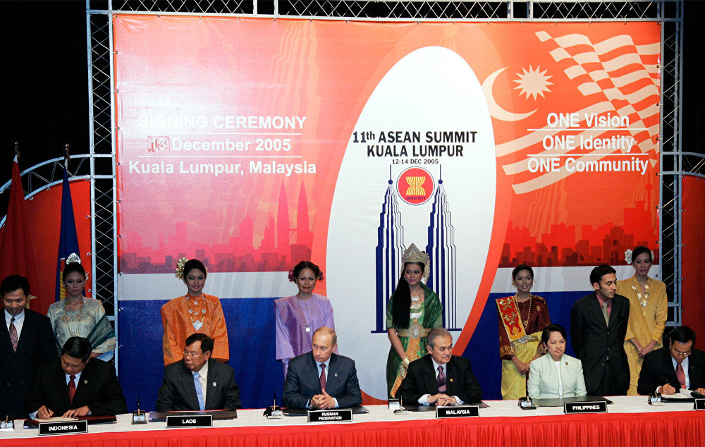 From left : Indonesian President Susilo Bambang Yudhoyono, Prime Minister of Laos Bounnhang Vorachith, Russian President Vladimir Putin, Prime Minister of Malaysia Abdullah Ahmad Badawi, President of the Philippines Gloria Macapagal Arroyo and Prime Minister of Myanmar Soe Win during the signing of the Joint Declaration and the Comprehensive Programme  of Action to Promote Cooperation between ASEAN and the Russian Federation.
