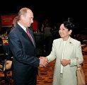 Президент России Владимир Путин и Президент Филиппин Глория Макапагал Арройо во время саммита АСЕАН.