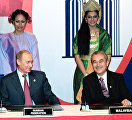 Президент России Владимир Путин и Премьер-министр Малайзии Абдулла Бадави (слева направо) во время подписания Совместной декларации России и государств-членов АСЕАН о развитом и всеобъемлющем партнёрстве.