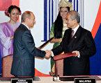 Президент России Владимир Путин и Премьер-министр Малайзии Абдулла Бадави (слева направо) после подписания Совместной декларации России и государств-членов АСЕАН о развитом и всеобъемлющем партнёрстве.