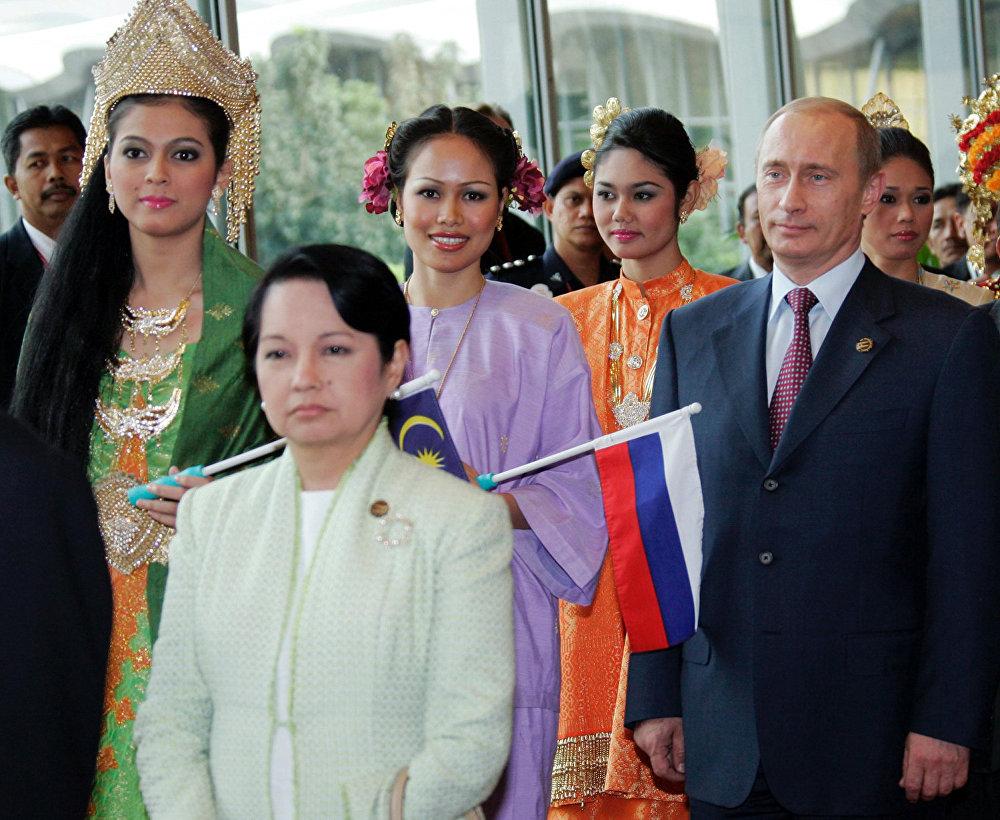Президент Филиппин Глория Макапагал Арройо (на переднем плане слева) и Президент России Владимир Путин во время саммита АСЕАН.