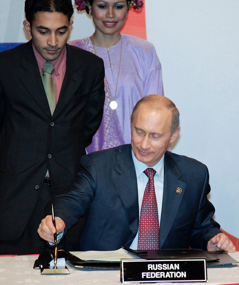 Президент России Владимир Путин (на первом плане) во время подписания Совместной декларации России и государств-членов АСЕАН о развитом и всеобъемлющем партнёрстве.
