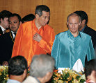 From right: Russian President Vladimir Putin and Prime Minister of Singapore Lee Hsien Loong before the official dinner in honour of the leaders of the ASEAN member states.