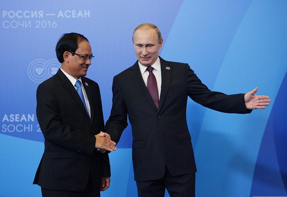 Церемония приветствия президентом РФ В. Путиным глав делегаций-участников саммита Россия — АСЕАН