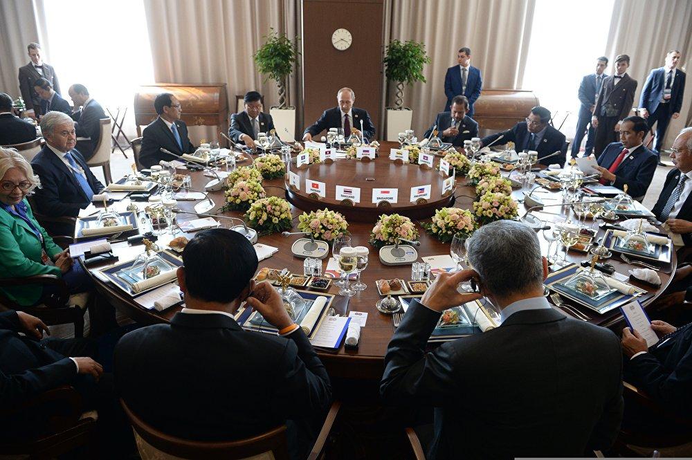 Рабочий завтрак глав делегаций-участников саммита Россия — АСЕАН
