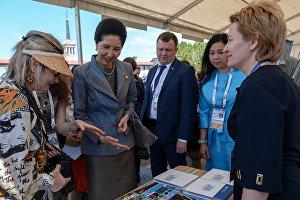 Посещение супругами глав иностранных делегаций Этнографической выставки-ярмарки народных промыслов России и государств-членов АСЕАН