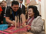 Spouses of foreign delegation heads visit ethnographic exhibition and fair of Russian and ASEAN countries' folk crafts