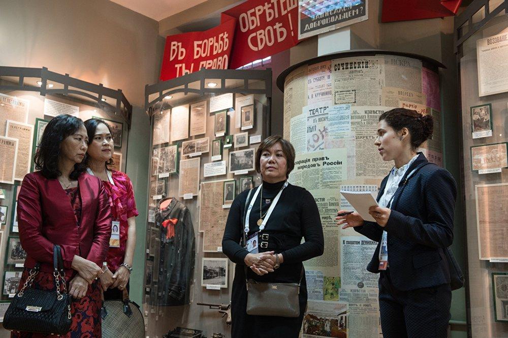 Посещение супругами глав иностранных делегаций Музея истории города-курорта Сочи