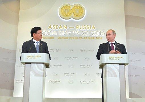 Пресс-конференция по итогам саммита Россия - АСЕАН президента РФ В. Путина и премьер-министра Лаоса Тхонглуна Сисулита